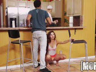 Mofos - 汚い ティーン cheats 上の 彼女の bf