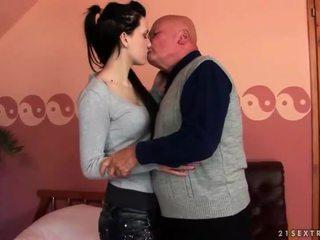 Muy viejo abuelo loves adolescente chica