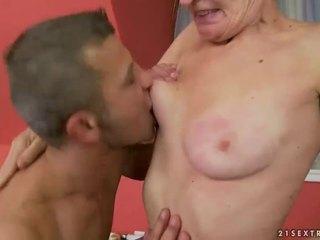 Gorące babcia gets jej włochate cipka fucked