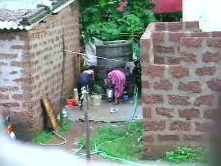 Guarda questo two caldi sri lankan signora getting bath in all'aperto