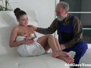 Vanha goes nuori - vanha mies on hyvin grateful varten tiukka teinit pillua