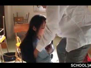 Asiatiskapojke professor puts hans hård kuk till skola flicka mun