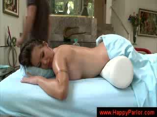 Masseur massages ένα babes κωλότρυπα