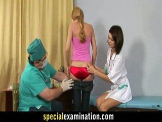 Gynecologist ja meditsiiniõde uurima armas blond teenager mesi