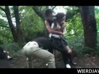 Jap bambola in scuola uniforme raped e maltrattata in all'aperto