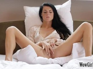 Nastolatka czarne haired laska margot masturbates jej trimmed twat