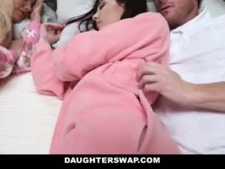 Daughterswap - daughters מזוין במהלך slumberparty