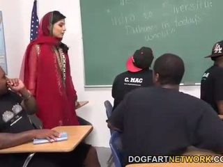 Nadia ali learns à manipuler une bunch de noir cocks