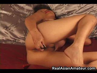 Charming asiatisk amatør naken dildoing