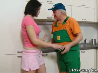 Dasha होती हे waiting पर उसकी किचन counter alone में एक गुलाबी outfit आज