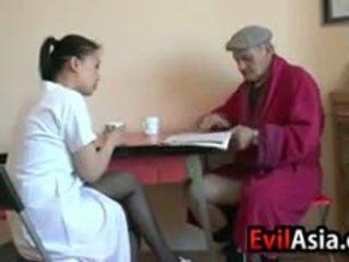 Азіатська дівчина gets eaten з