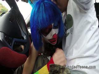 Clown giovanissima succhiare enorme cazzo in il auto