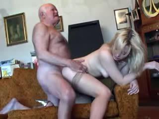 Стар дядо fucks млад блондинки