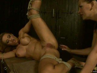 Ýaş gyz punishing and ýumruklamak uly emjekli slavegirl