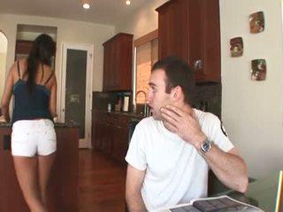 Seksualu brunetė meksikietiškas lėlė su a plaukuotas muff takes a sunkus analinis šūdas