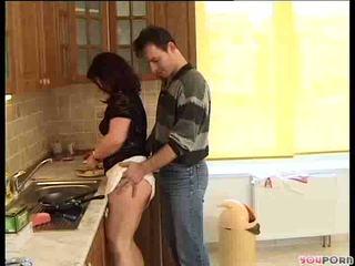 Cậu bé tóc nâu mật ong gets một cooking lesson 1/5