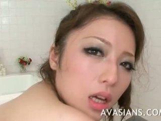 Busty japonská maminka likes to hluboký v the koupelna