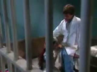 Female trpaslík fucked v vězení podle vězení guard