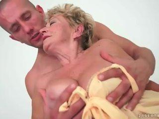 Babičky enjoys horký pohlaví s mladý člověk