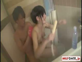 Taking bath 同 大 胸部 日本語 媽媽