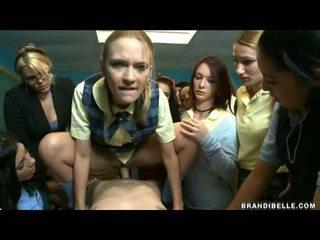 Brandi belle e meninas entice unbending wang a foder e a chupar ele fora