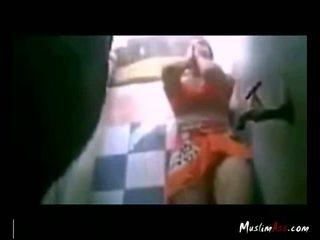 Hijab sgualdrina tries a cazzo in toilette