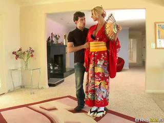 Blondinka geisha breaking with customs