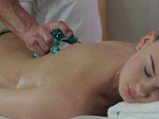 Masseur licks und fucks heiß brünette auf massage