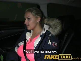 Faketaxi блондинки с огромен цици pays тя debt