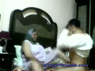 Kåt arab par fanget knulling av spionering i hotel rom