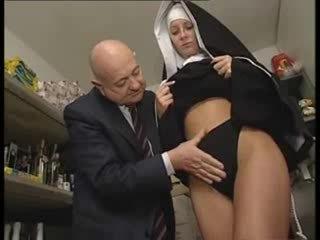 איטלקי לטינית נזירה מעוללת על ידי מלוכלך ישן אדם