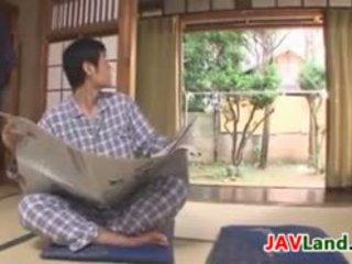 Seksi japonsko gospodinja s velika prsi