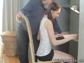 Tricky vana õpetaja: õnnelik vana õpetaja fucks tema armas vitt raske.