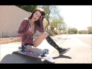 Aiden onto the rrugë skateboarding dhe zhveshje bare