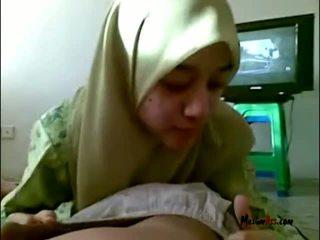 Hijab teen lutschen eier