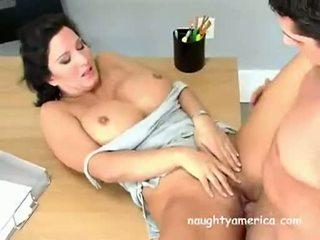 ボインの 熟女 ベイブ cynthia pendragen acquires 彼女の muff slammed ハード 上の ザ· テーブル