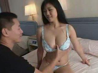 Japansk gutt spiller med hans tante stor naturlig titts video