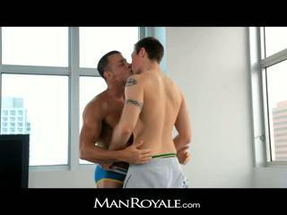 Manroyale guy massages একটি bodybuilder's বাড়া