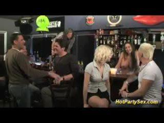 Blonde gros seins salope est la principal attraction de la bar