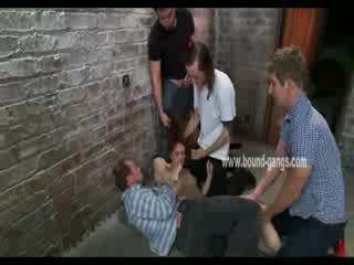 Marrone haired e sottomesso bambola gets brutally handled da un bunch di arrapato men