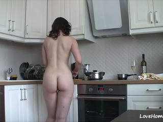 Getting 裸體 在 該 廚房 品牌 她的 高興: 免費 色情 b2