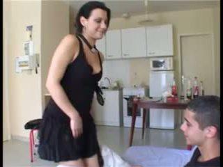 Il prend la fille par सरप्राइज़ et ejacule dans sa chatte