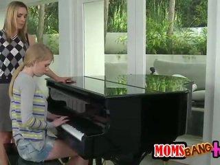 Bossy klavír učiteľka milfka spanks násťročné zadok