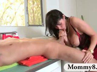 Giovanissima shares suo boyfriend con suo matrigna
