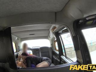 Fake taxi מזכירה הסתכלות גברת עם ענק פטמות ו - רטוב