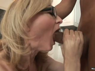 Nina hartley gets røff handled av two kåt svart sytuds