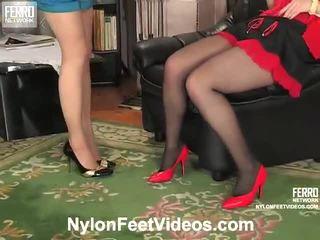 Ninon en agatha gemeen kniekousen voeten film actie