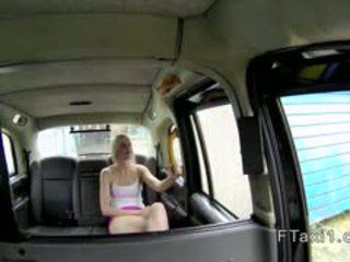 Stram britisk blond i fake taxi