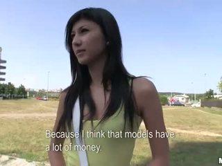 Innocent amatoriale giovanissima scopata in pubblico per soldi