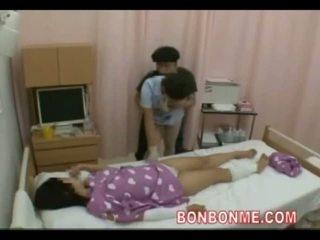 Pielęgniarka na ręcznym w przedni z żona 01